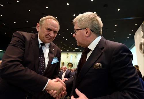 Gratulacje odkonkurenta Ryszarda Czarneckiego/Fot.: Tomasz Piechal