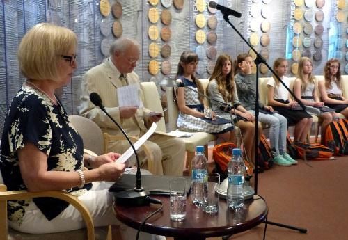 Dorota Bierkowska czytająca opowiadanie Olgi Danelskiej , obok Krzysztof Zuchora, który prowadził uroczystość/Fot.: Jan Rozmarynowski